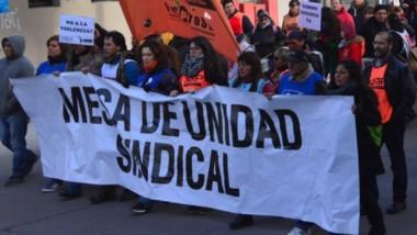 Por las calles de Rawson. Ayer por la tarde La movilización de los gremios de la Mesa de Unidad llegó hasta Casa de Gobierno.