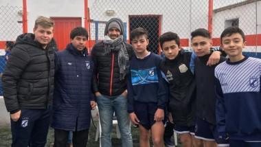 """La """"Bruja"""" posó con los futbolistas juveniles de Guillermo Brown."""