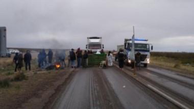 El corte en la Ruta 3, en el acceso sur a Puerto Madryn, impidió la disputa del partido entre Brown y Ever Ready.