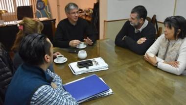 """El intendente de Esquel recibió ayer en su despacho a Néstor """"Yuyo"""" García y Andrea Lezcano."""