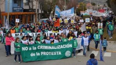 Una importante cantidad de trabajadores se volcaron a las calles de Esquel para reclamar.