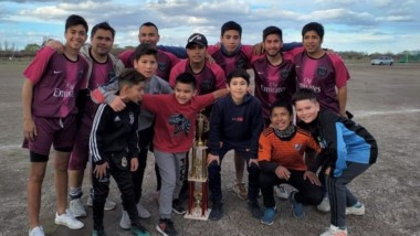 Campeones del Apertura 2019. Los muchachos de PSG con su trofeo.