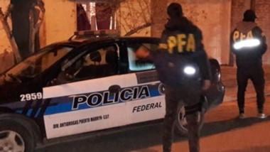 En los allanamientos se incautaron cocaína, dinero, armas y balanzas.