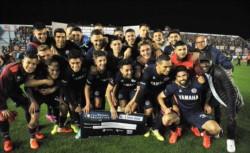¡El Granate festejó en Sarandí! Tras la goleada ante Argentinos, los jugadores de Lanús posaron con el cheque por avanzar de ronda en la Copa Argentina.