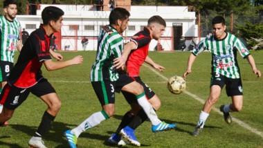 """Gustavo Schishke, capitán de Gaiman FC, defiende la posesión del balón ante Pablo Molina, zaguero del """"verde""""."""