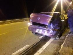 El auto golpeó el guardarrail y sufrió importantes daños (foto @eqsnotas)