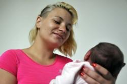 Fernanda Micaela, de 22 años con su beba Martina.