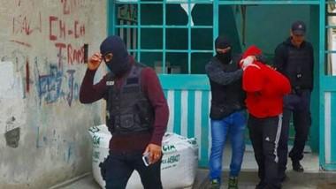Efectivos de la Brigada de Investigaciones de Rawson se llevan detenido a uno de los presuntos ladrones.
