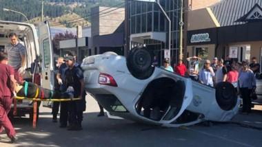 A raíz del fuerte impacto, uno de los automóviles quedó tumbado.