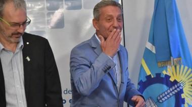 Beso. El gobernador saludó a todos pero no confirmó un cronograma de pagos para los estatales.
