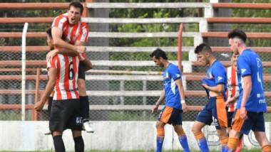 Luis Bastida celebra el gol ante la CAI en el Clasificatorio Patagónico. La capacidad aérea es una de las virtudes del zaguero central.