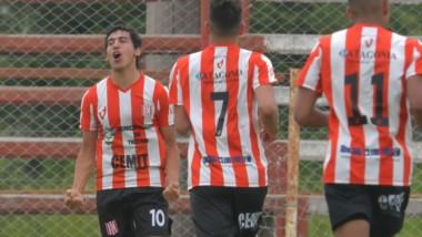Kevin Garay festeja su último gol con la camiseta de Racing Club, ante Lácar, por el Patagónico. En Germinal, es esperado por su innegable talento.