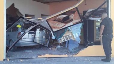 Importante daños materiales sufrieron el local comercial como el vehículo conducido por una mujer.