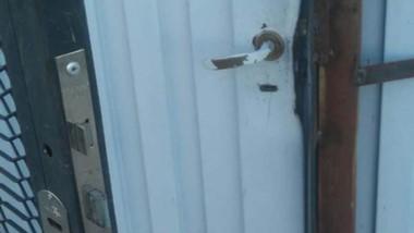 Los delincuentes destrozaron ayer una doble puerta de ingreso.