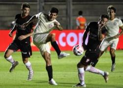 Con goles de Jonathan Dos Santos y Succar, Universitario derrotó 2-1 a Huracán en un amistoso de pretemporada.