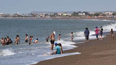 La mañana en Playa Unión se presentó inmejorable este lunes, con alta temperatura y escaso viento.