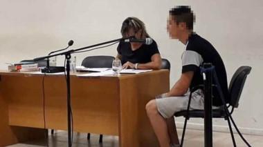 Héctor Oviedo junto a su defensora, Cristina Sadino. Irá a reconocimiento de personas y tres meses preso.