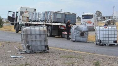 El vehículo pesado detenido luego de que la carga que llevaba se cayó.
