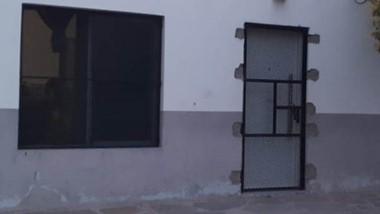 Más seguridad. La puerta reja instalada por el subcomisario Ibarra.