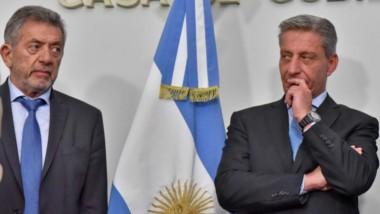 Seriedad. Carlos Relly (izquierda) secretario de la Gobernación, junto al mandatario Mariano Arcioni, en una postal que refleja la situación.