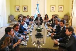 Cafiero, Kulfas y Paula Español con Espinoza y otros jefes comunales.