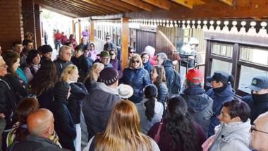 A la espera. Ansiosos, la mayoría de los turistas optaron por aguardar hasta que el conflicto se resolvió.