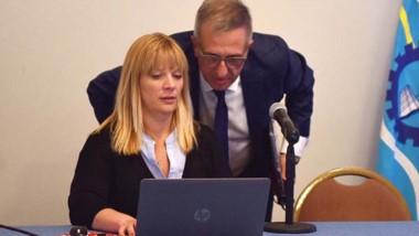 Preparados. El ministro Antonena revisa la proyección con los números de la crisis antes de presentarlos.