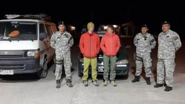 Efectivos del Escuadrón 36 junto a los turistas franceses que eran buscados por el Consulado de su país.