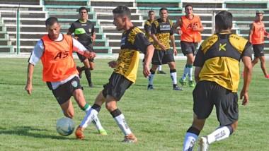 Darío Pellejero, capitán de Germinal, en acción. El volante empieza a encontrar socios en Garay y Bataller.