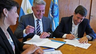 Aporte. Los funcionarios provinciales firmaron la adhesión al Plan.