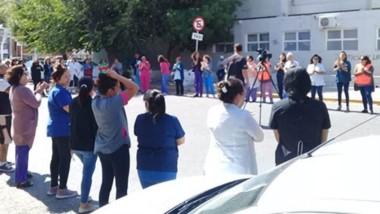 Gesto. El abrazo simbólico que llevaron adelante los trabajadores de Salud para visibilizar los reclamos contra el Gobierno Provincial.
