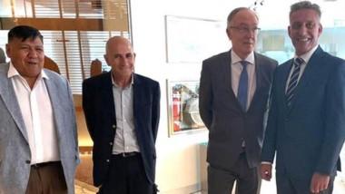 Los titulares de los gremios petroleros y el gobernador Arcioni ayer junto con Guillermo Nielsen.