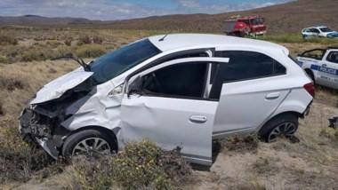El vehículo Chevrolet Onix, con serios daños por el siniestro vial.