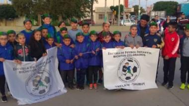 Los chicos de Bichitos Colorados, iniciaron su viaje a Chile , desde el playón de la anónima. Disputarán el Mundialito de Futbol infantil Coyahique .