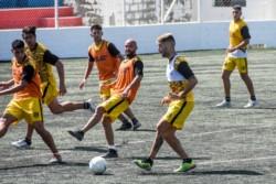 Acosta en su segunda práctica de fútbol este sábado en el sintético de Alianza. (Foto: Mariano Di Giusto).