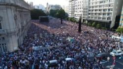 Con la presencia de referentes de la oposición y de la madre de Alberto Nisman Sara Garfunkel, miles de personas participaron de un acto en la Plaza del Vaticano.