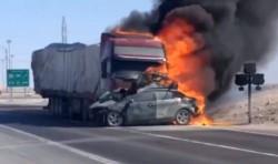 Dantesco. La joven familia murió en el trágico accidente. Los pasajeros del camión pudieron salvarse.