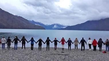 De la mano. Un evento junto al lago que apunta a un cambio de conciencia respecto a la transformación planetaria y personal.
