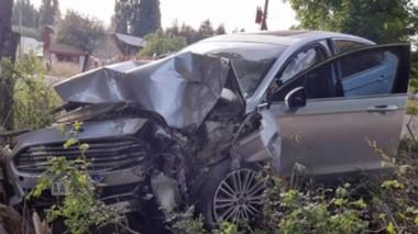 El automóvil Ford Mondeo terminó incrustado en un árbol luego de que se conductor escapara.