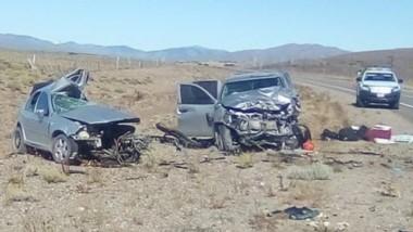 El VW Bora y la camioneta Toyota Hilux totalmente destrozados. El brutal impacto derivó en dos muertes.