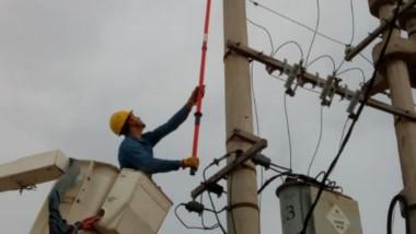 Trabajadores del servicio eléctrico de la Cooperativa trabajando.