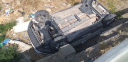 El vehículo cayó de techo dentro de un zanjón (foto @LydiaCocha1)