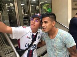 Se empieza a ganar a la gente: Nico 'Uvita' Fernández junto a un hincha de San Lorenzo, luego de realizarse la revisión médica.
