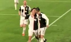 Durante un festejo de gol, se observa un supuesto 'beso en la boca' entre Cristiano Ronaldo y Paulo Dybala.