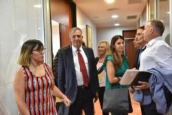 El ministro de Economía y Crédito Publico, Lic. Oscar Antonena, junto a diputados provinciales en la Legislatura. Fotos: Daniel Feldman/ Para Diario Jornada.