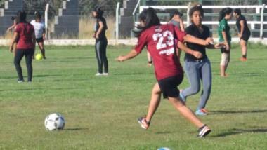 El lunes por la tarde, en cancha del Club Social y Deportivo Dolavon, las chicas comenzaron la preparación.