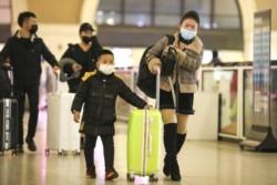Las personas afectadas por el virus surgido en China experimentan fiebre, tos, dificultad para respirar, neumonía y dolor en los músculos.