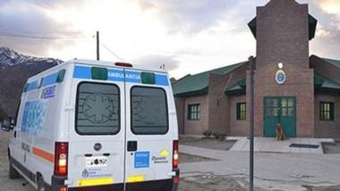 La ambulancia del hospital de Esquel en la comisaría Segunda. Nada se pudo hacer ante un ataque epiléptico.