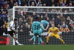 En Mestalla, Valencia ha dado un gran golpe y venció 2-0 al Barcelona con goles de Alba, en contra, y unode Maximiliano Gómez.