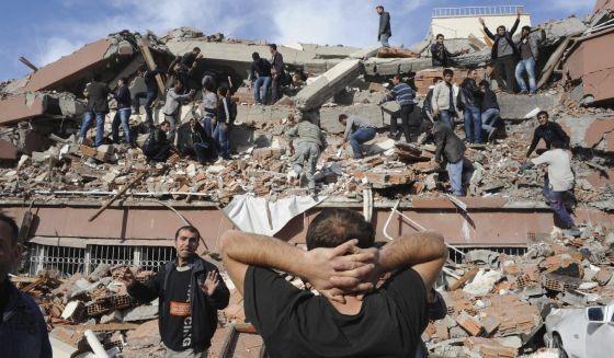 43 personas han sido recuperadas con vida de entre los escombros y se busca a otra veintena.